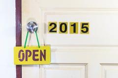 Öffnen Sie die alte Tür 2014 zum neuen Leben im Jahre 2015 Stockbild