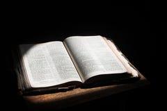 Öffnen Sie die Bibel, die auf einer Tabelle liegt Stockfotos