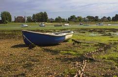 Öffnen Sie die Boote geerdet bei Ebbe im historischen Hafen bei Bosham in West-Sussex im Süden von England Lizenzfreies Stockfoto