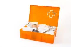 Öffnen Sie die Erste-Hilfe-Ausrüstung, die auf Weiß getrennt wird Stockfotografie