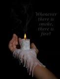Öffnen Sie die Hand, die Kerzenhalter mit dem Wachs hält, das hinunter den Arm fließt Lizenzfreie Stockfotos