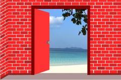 Öffnen Sie die rote Tür zum Strand lizenzfreies stockbild