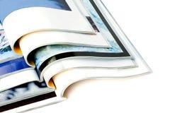 Öffnen Sie die Zeitschriften, die auf weißem Hintergrund getrennt werden Stockfotos