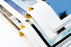 Öffnen Sie die Zeitschriften, die auf weißem Hintergrund getrennt werden Lizenzfreie Stockfotografie
