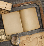 Öffnen Sie Draufsicht des Tagebuchs mit alter Schatzkarte und -kompaß Stockfotografie