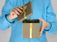 Öffnen Sie ein Geschenk Stockfoto