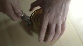 Öffnen Sie ein Glas Konserven stock video footage