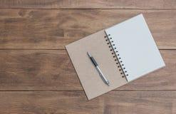 Öffnen Sie ein leeres Notizbuch und einen Stift Stockfoto