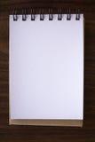 Öffnen Sie ein leeres weißes Notizbuch stockfoto