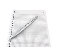 Öffnen Sie ein Notizbuch und eine Feder für Anmerkungen über ein Weiß Stockfoto