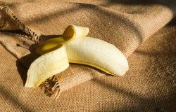 Öffnen Sie eine Banane Stockfoto
