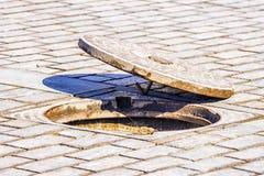 Öffnen Sie Einsteigeloch auf der Straße Lizenzfreies Stockfoto