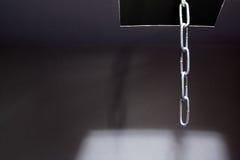 Öffnen Sie Einsteigeloch mit Ablichtung nach innen auf checkered Oberfläche stockfotografie