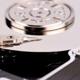Öffnen Sie Festplattenlaufwerk des Computers auf weißem Hintergrund Lizenzfreie Stockfotos