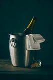 Öffnen Sie Flasche Champagner im Eimer Lizenzfreie Stockbilder