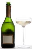 Öffnen Sie Flasche von Champagne nahe bei einem Glas Stockfoto