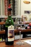 Öffnen Sie Flasche würzigen Merlot, mit Weinglas dazu, Adirondack-Weinkellerei, See George, NY, 2016 Lizenzfreie Stockfotografie