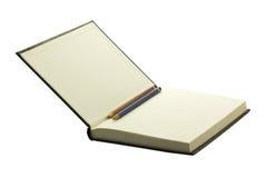 Öffnen Sie gebundene Ausgabe und leeres Notizbuch mit zwei Bleistiften stockbilder