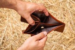 Öffnen Sie Geldbörse in den Händen Stockfotografie