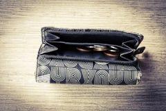 Öffnen Sie Geldbörse der schwarzen Frau mit Geld und Identifikations-Karten Lizenzfreie Stockfotos