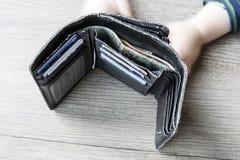 Öffnen Sie Geldbörse der schwarzen Frau mit Geld- und Identifikations-Karten und den Kinderhänden Stockfoto