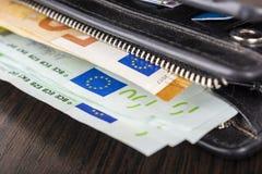 Öffnen Sie Geldbörse mit Eurobargeld 10 20 50 100 auf einem hölzernen Hintergrund Männer ` s Geldbörse mit Bargeldeuro Lizenzfreie Stockbilder