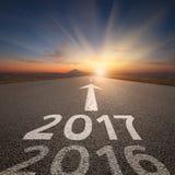 Öffnen Sie gerade Straße bis bevorstehendes 2017 bei idyllischem Sonnenuntergang Stockbild