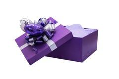 Öffnen Sie Geschenk-purpurroten Kasten mit silbernem Band und Herz geformtem Ballon Lizenzfreies Stockbild