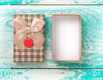 Öffnen Sie Geschenkbox auf hölzerner Tischplattenansicht der blauen Weinlese Stockbild
