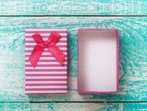 Öffnen Sie Geschenkbox auf hölzerner Tischplattenansicht der blauen Weinlese Stockfotos