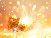 Öffnen Sie Geschenkbox und helles Feuerwerksweihnachten, frohe Weihnachten und guten Rutsch ins Neue Jahr Stockfotos
