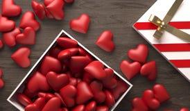 Öffnen Sie Geschenkbox voll Herzen auf dunkler Holzoberfläche Stockfoto