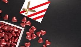 Öffnen Sie Geschenkbox voll Herzen auf lederner Oberfläche Stockbilder