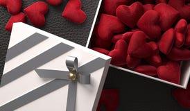 Öffnen Sie Geschenkbox voll Herzen auf lederner Oberfläche Lizenzfreie Stockfotografie