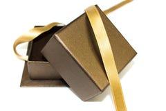 Öffnen Sie Geschenkkasten mit Goldfarbband Stockbild