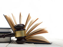 Öffnen Sie Gesetzbuch mit hölzernem Richterhammer auf Tabelle in einem Gerichtssaal Stockfoto