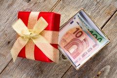 Öffnen Sie Giftbox mit Eurowährung stockfotos
