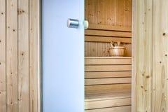 Öffnen Sie Glastüren, um Sauna zu beenden Stockbilder