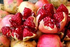 Öffnen Sie Granatäpfel am Sucre-Markt Stockbilder