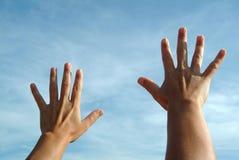 Öffnen Sie Hände auf Himmel Lizenzfreies Stockbild