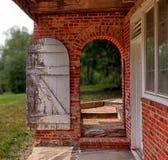 Öffnen Sie hölzerne Tür in der Backsteinmauer, um im Garten zu arbeiten Stockbilder