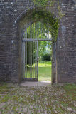 Öffnen Sie hölzernen Zugang im Bogen des alten Klosters in Brecon-Leuchtfeuern Südwales, Großbritannien Lizenzfreie Stockbilder