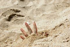 Öffnen Sie Hand im Sand Stockfotografie