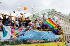 Öffnen Sie homosexuelle Parade des baltischen Stolzes der Busteilnehmer Lizenzfreie Stockfotografie