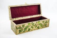 Öffnen Sie Kasten mit handgemachtem Blumenmotiv Stockbild