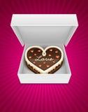Öffnen Sie Kasten mit Schokoladenkuchen in der Innerform Stockfoto