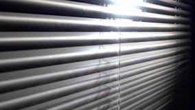 Öffnen Sie langsam den Jalousie in der Dunkelheit und im Raum gibt es eine helle Seitenansicht stock footage