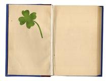 Öffnen Sie leeres Buch mit Vier-Blatt Klee Stockfoto