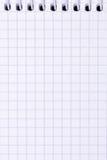 Öffnen Sie leeres gewundenes es-gehend Notizbuch mit Karopapier, Abschluss oben Lizenzfreies Stockfoto