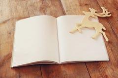 Öffnen Sie leeres Notizbuch über Holztisch bereiten Sie für Modell vor Retro- gefiltertes Bild stockbild